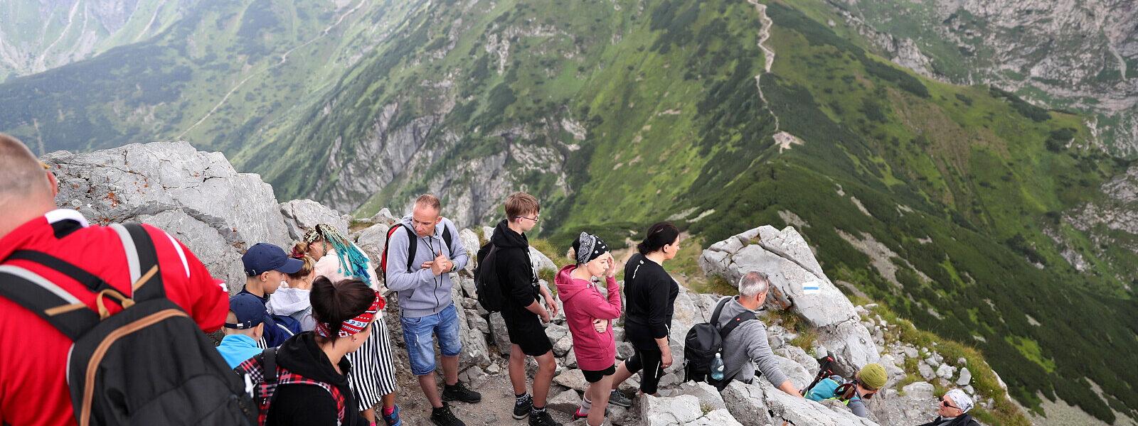 """kolejki-turystow-pod-tatrzanskimi-szczytami.-""""to-rekordowy-miesiac"""""""