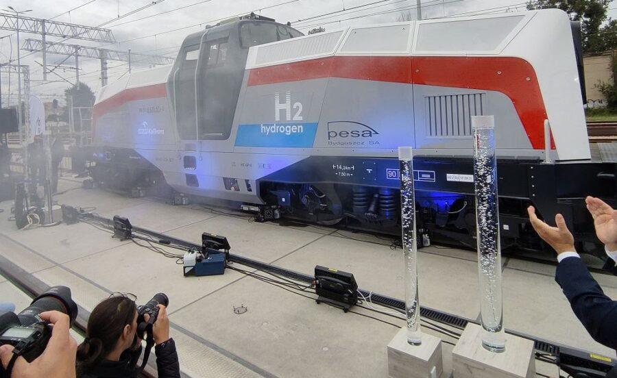 druga-na-swiecie,-pierwsza-w-europie-–-polska-zaprezentowala-lokomotywe-na-wodor